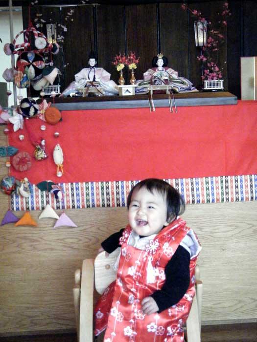 雛人形の前でと〜っても素敵な笑顔の赤ちゃんです。